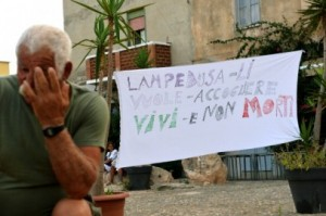 Striscione a Lampedusa (ALBERTO PIZZOLI/AFP/Getty Images)